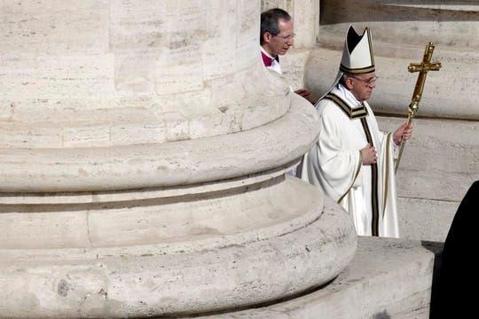 Jorge Bergoglio salió de la Basílica de San Pedro, donde practicó los rituales de investidura del poder papal, y presidió la misa de asunción. Foto: AP