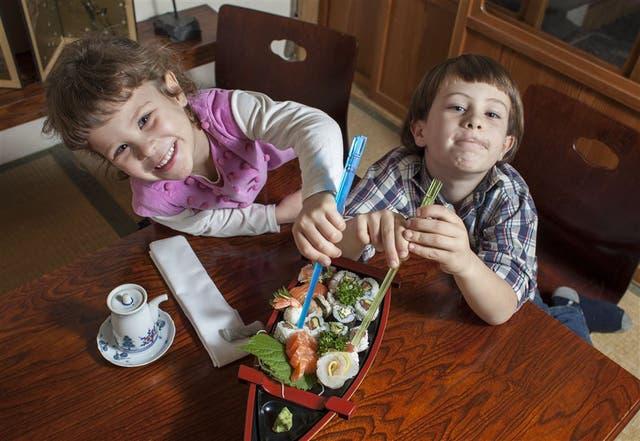 León (7) y Francisca (4) ya tienen un plato preferido en el restaurante japonés Yuki