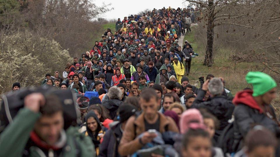 En medio del diluvio que azota la frontera estos últimos días, cerca de un millar de refugiados se lanzó a cruzar el río para intentar llegar a Macedonia eludiendo los controles fronterizos. Foto: AP