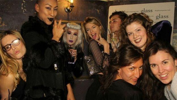 Evie (segunda de la derecha) en una fiesta con amigos, de los que solo puede reconocer a uno