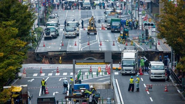 Un enorme agujero provoca el caos en una calle de Japón — YouTube