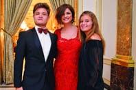 """Madrina y """"suegra"""": Araceli González, junto a su hijo Toto y su novia"""
