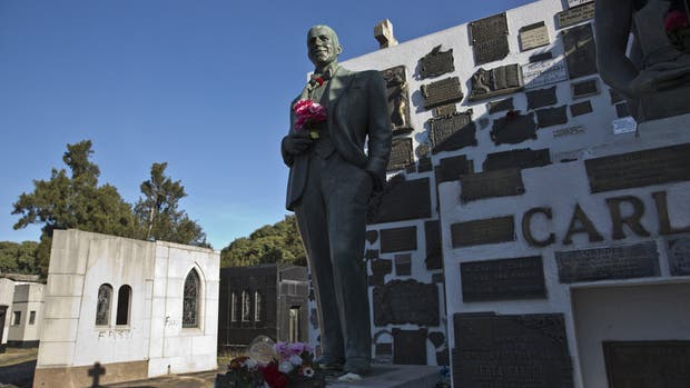 Aunque no hay cifras, se supone que, junto con la de Eva Perón, es la tumba más visitada