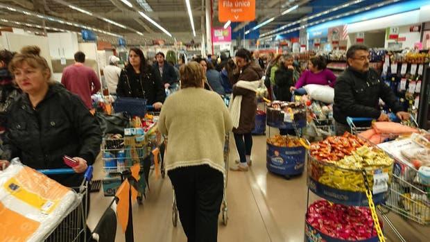Filas de noche y supermercados llenos por el descuento del 50% del Banco Provincia