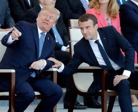 Trump y Macron, ayer, relajados durante el desfile militar en París