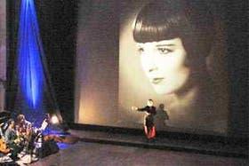 La propuesta que interpretó Schygulla está al servicio de la bella actriz del cine mudo