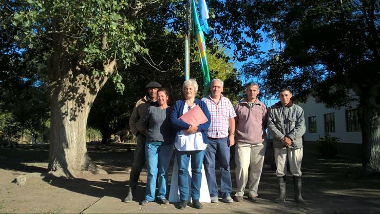 Docentes, padres y el intendente de Chascomús, en la escuela del paraje Los Jagüeles