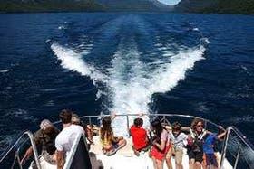 Dejar estela en el lago Nahuel Huapi tienta a más de uno con tanto azul profundo