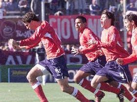 Manrique anotó el segundo gol de Independiente con un gran zurdazo; con él festejan Cáceres, Herrón y Agüero