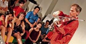 El violista ante su juvenil auditorio, que incluyó oyentes de todas las edades