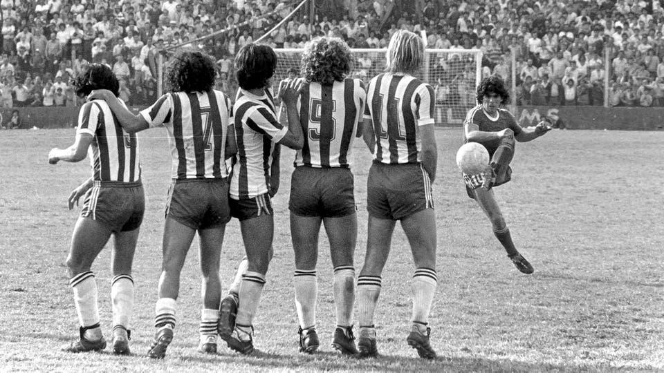 26-10-1980: tiro libre en el 1 a 0 ante Talleres. Foto: LA NACION