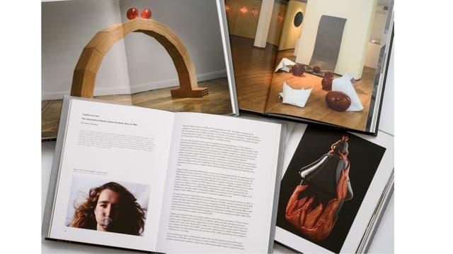 Interior del libro dedicado a la obra de Marcela Cabutti