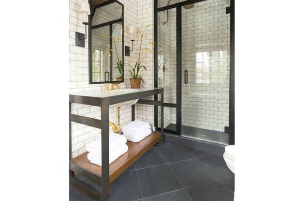 Estilo industrial. Una estructura de hierro con estante de madera y mesada de mármol.  /Virlovastyle.com