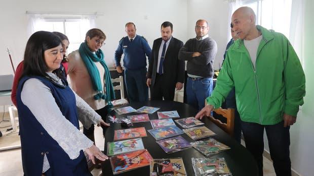 """""""Puntos de Luz"""" entregó dos libros en braille hechos por presos de la Unidad 6"""