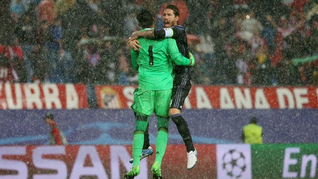 Sergio Ramos celebra con Keylor Navas en plena lluvia y con la clasificación asegurada