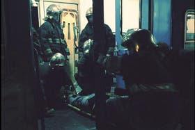 Los bomberos trasladan un herido desde una de las formaciones