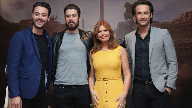 Huston, Kebbell, Downey y Santoro en la premiere en Ciudad de México
