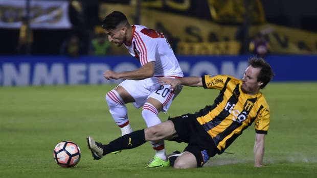 Milton Casco recibe la marca de Hernán Novik en la ida en Paraguay; hoy volverán a enfrentarse