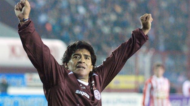 Maradona con la camiseta de Lanús, un partido homenaje en el 2000
