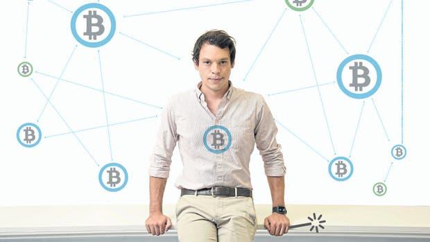El ingeniero Yemel Jardi, de 28 años, enseña los beneficios de la moneda descentralizada