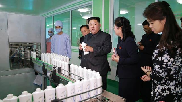 Kim junto a su esposa