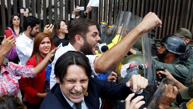 Diputados de la coalición venezolana de partidos de oposición (MUD), chocan con la Guardia Nacional de Venezuela durante una protesta ante la Corte Suprema de Justicia en Caracas
