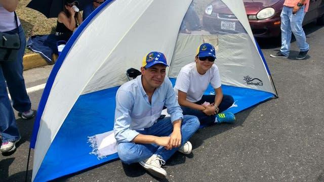 José Belisario (26) y Ediler Urdaneta (33) instalaron una carpa en medio de la protesta