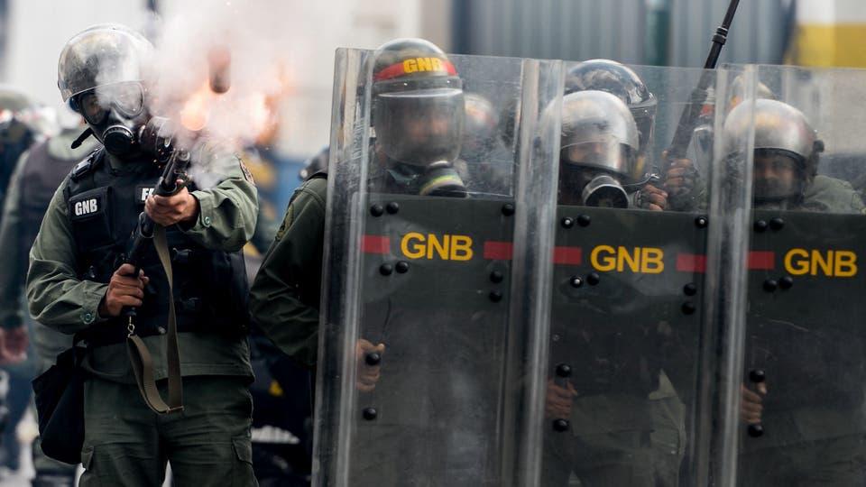 La policía reprimió duramente a los manifestantes, hubo varios muertos. Foto: AFP / Federico Parra