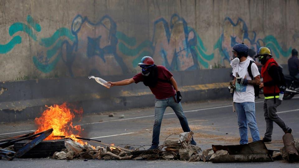 La oposición corta las calles. Foto: Reuters / Carlos Garcia Rawlins
