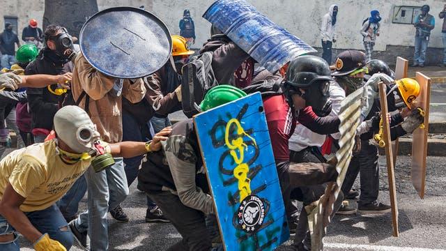 Una de las principales denuncias opositoras señala que se usan las bombas lacrimógenas como proyectiles para impactar en los cuerpos de los que protestan