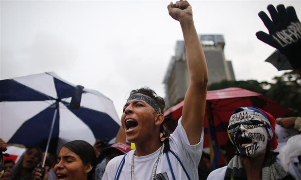 Jóvenes caraque?os, durante una protesta en homenaje a las víctimas de la represión