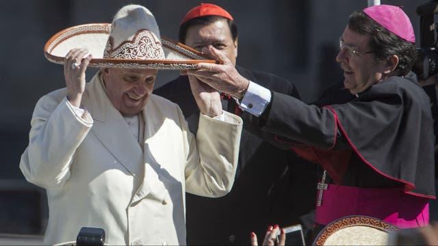 Francisco con sombrero mexicano en el Zócalo de Ciudad de México