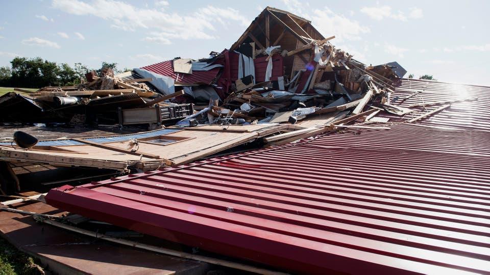 Los techos de la casas volaron a varios metros de la casas arrastrados por los fuertes vientos. Foto: AP / Sarah A. Miller/Tyler Morning Telegraph
