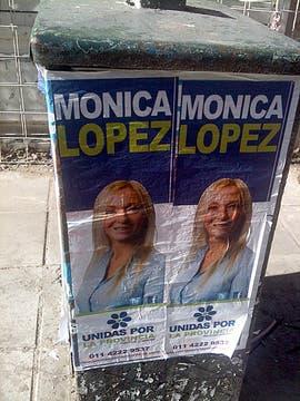 Los candidatos utilizan distintos tamaños de afiches para tener presencia en las calles. Foto: LA NACION / Matías Moreno