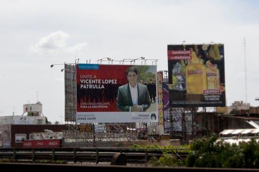 El intendente de Vicente López, Jorge Macri, tiene un importante cartel doble faz en Gral Paz y Maipú. Foto: LA NACION / Matias Aimar