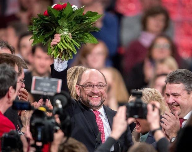 Martin Schulz, nuevo presidente del SPD, junto al saliente, Sigmar Gabriel