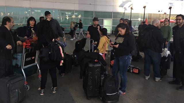 La vuelta, el grupo en migraciones . Foto: LA NACION