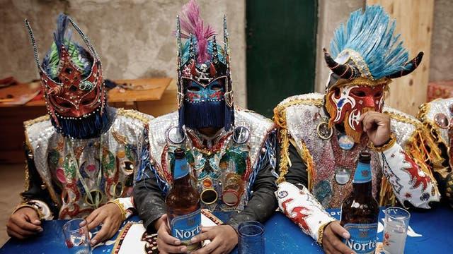 Tres enmascarados tomando cerveza
