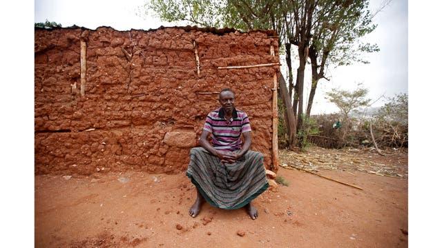 Yusuf Mume Salleh, de 70 años, conocido como el primer Hyena Man, fuera de su casa en Harar