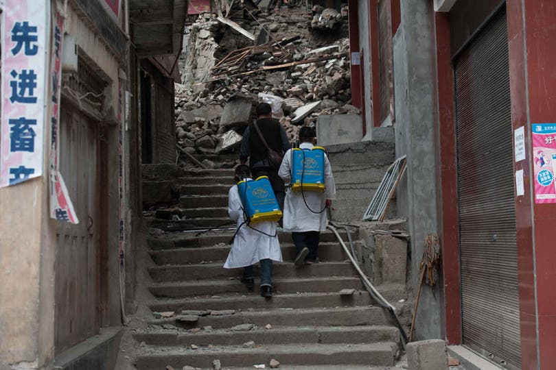 En Lushan, un grupo de socorristas logró rescatar a 91 sobrevivientes de entre los escombros. Foto: AFP