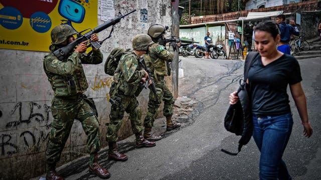 Miembros de la policía y de las fuerzas armadas participan en una operación para combatir a los narcotraficantes en la favela de Rocinha en Río de Janeiro