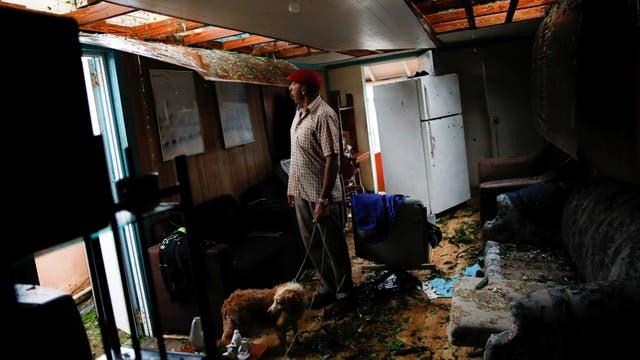 Guayama, Puerto Rico: Agapito López contempla la destrucción en su casa tras el paso del huracán María