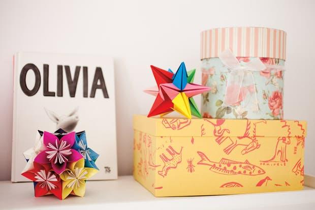 Cajas: una cilíndrica floreada, otra con animalitos de 30x20x14cm y una tercera a lunares de 35x25x16cm ($30 y $66, Papelera Palermo). También, estrella de origami en tonos de rosa ($56, Papelera Palermo) y otras en variedad de colores y tamaños..
