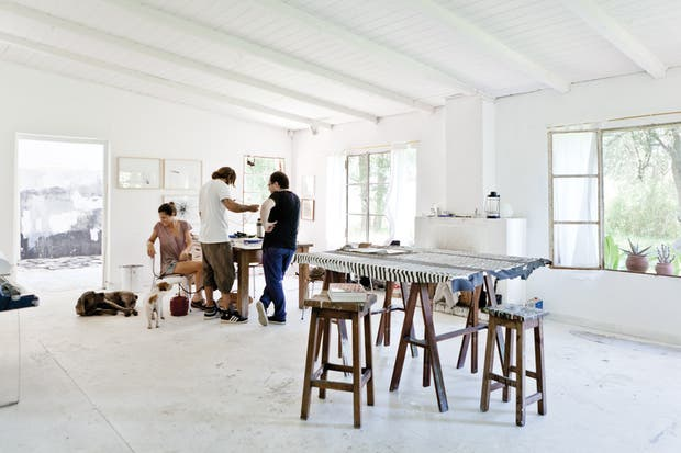 El taller de los dueños de casa, ambos artistas, se construyó en un sitio apartado de la construcción principal que ya formaba parte del terreno..