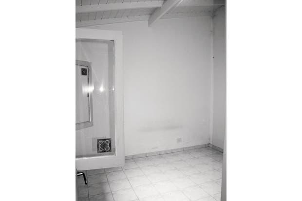 El dormitorio original tenía una ventana chica, ningún acceso al patio, piso de cerámicos blancos y techo de madera barnizada.  Foto:Living