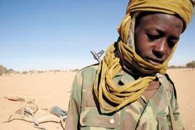 Un joven miembro del Ejército, en medio del desierto, listo para defender su causa