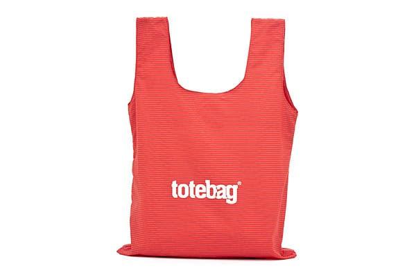 Otra bolsa impermeable, en este caso, se guarda en un bolsillo interno que tiene un colgante para usarla de llavero (Totebag, $90).