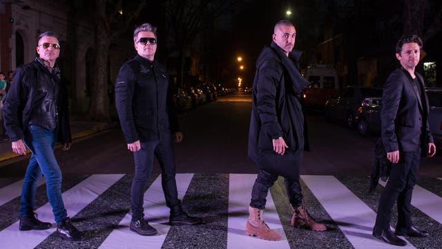 Juanchi Baleirón y Diego Uma juegan a imitar la famosa portada de disco beatle junto al resto de los protectores