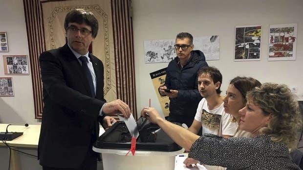 Carles Puigdemont tuvo que cambiar de lugar de voto por los inconvenientes
