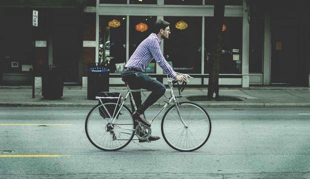 Intenta ir al trabajo caminando, corriendo o en bicicleta.